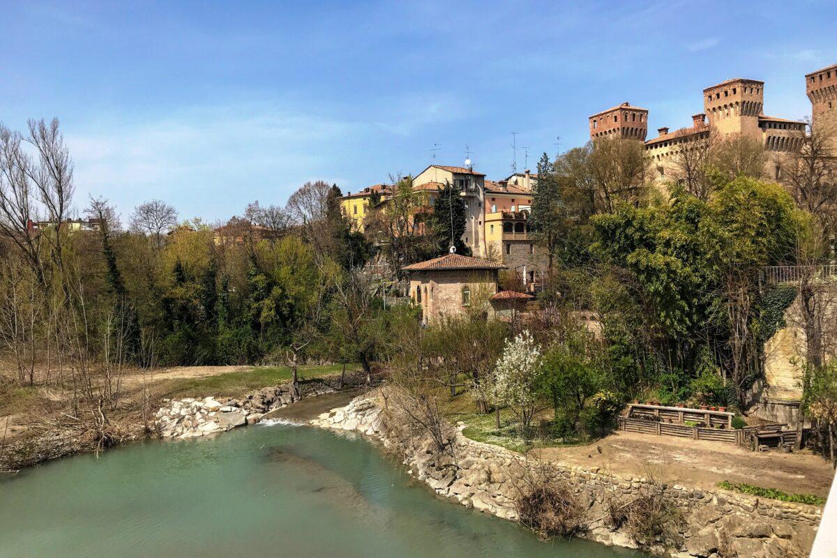 Il borgo di Vignola tra ciliegi e castelli